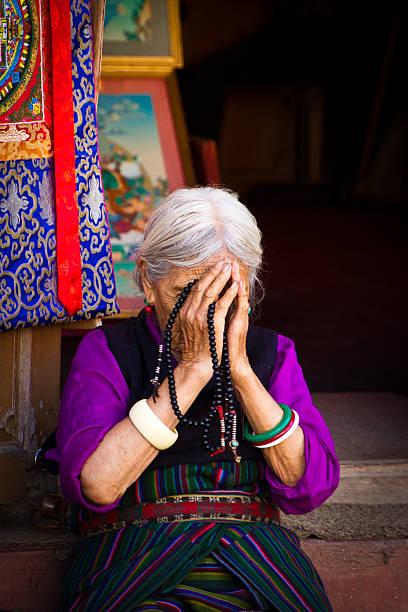 lady de budistas ancianos tibetano Boudhanath Temple, de Katmandú, Nepal - foto de stock