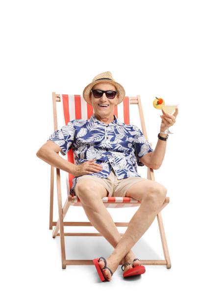 ältere touristen mit einem cocktail sitzt auf einer sonnenliege - sun chair stock-fotos und bilder