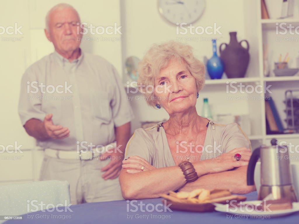Idosa chateada com problemas no relacionamento com o marido - Foto de stock de Adulto royalty-free