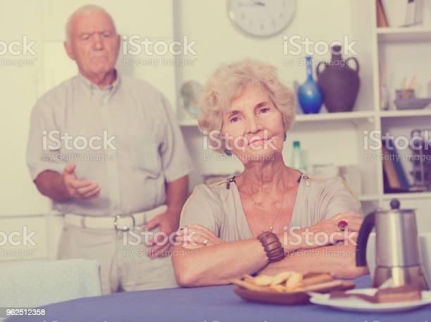 Foto de Idosa Chateada Com Problemas No Relacionamento Com O Marido e mais fotos de stock de Adulto