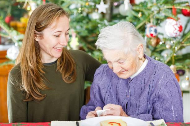Ältere Frau und junger Pfleger – Foto