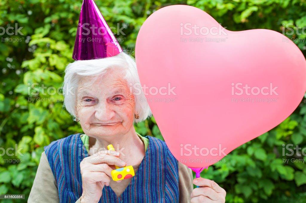 Ältere Frau feiert Geburtstag – Foto