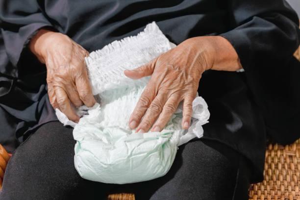 Ältere Frau wechselt Windel – Foto