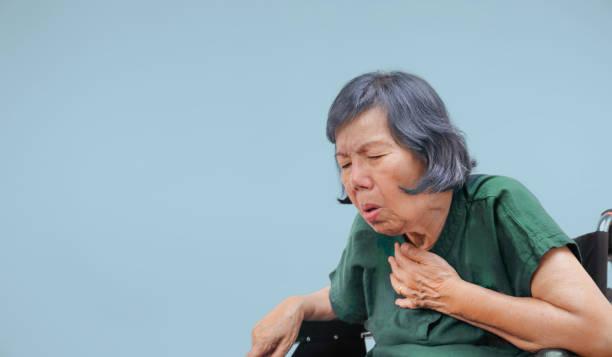 Ältere Frau husten, erstickt auf Rollstuhl – Foto