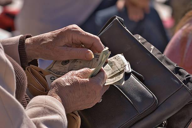 Ältere Frau Geld zählen – Foto