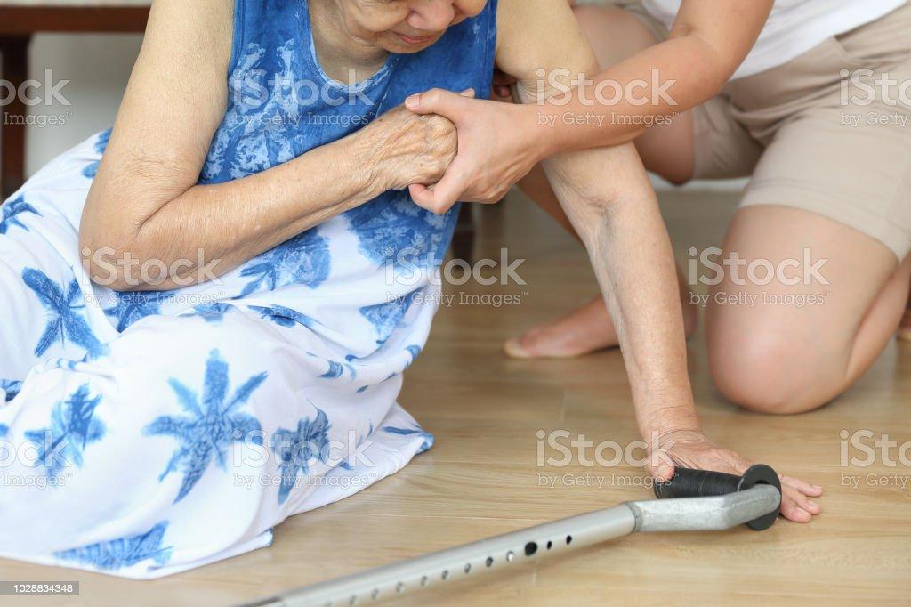 Yaşlı kadın ev, kalp krizi düşme. - Royalty-free Acil hizmetleri ve cankurtarma meslekler Stok görsel