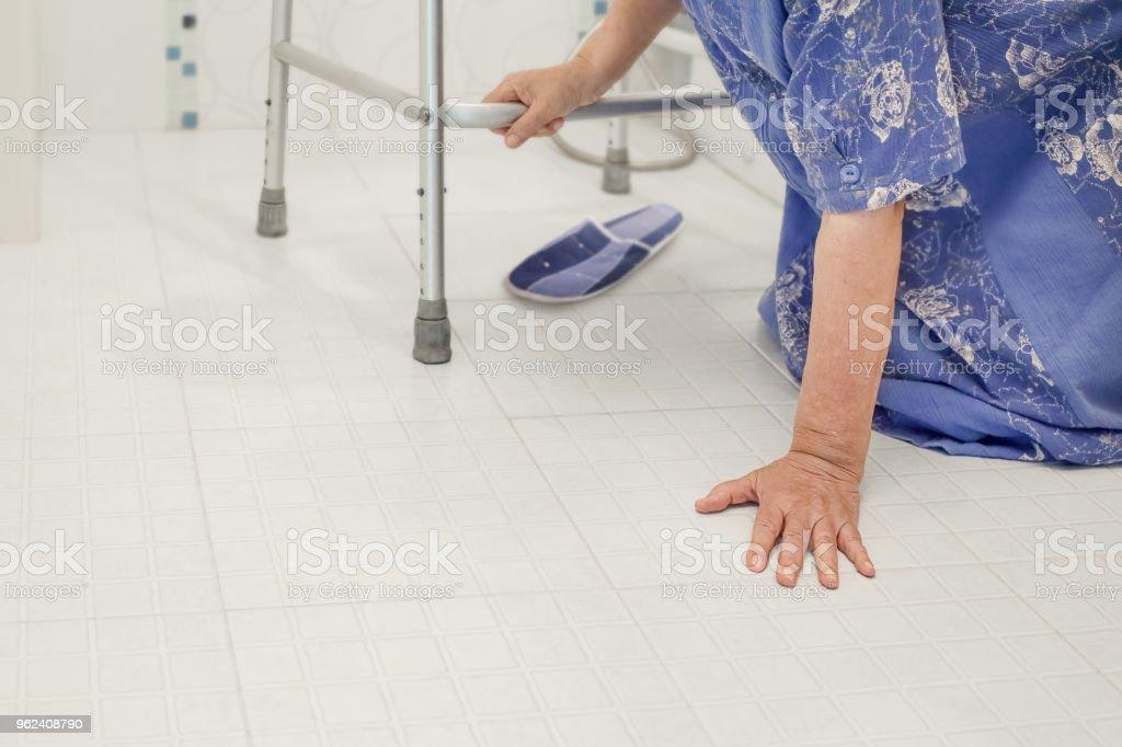 ältere Frau fallen im Badezimmer, weil rutschige Oberflächen – Foto