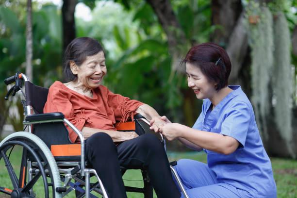 ältere Frau Glück im Gespräch mit Betreuer – Foto