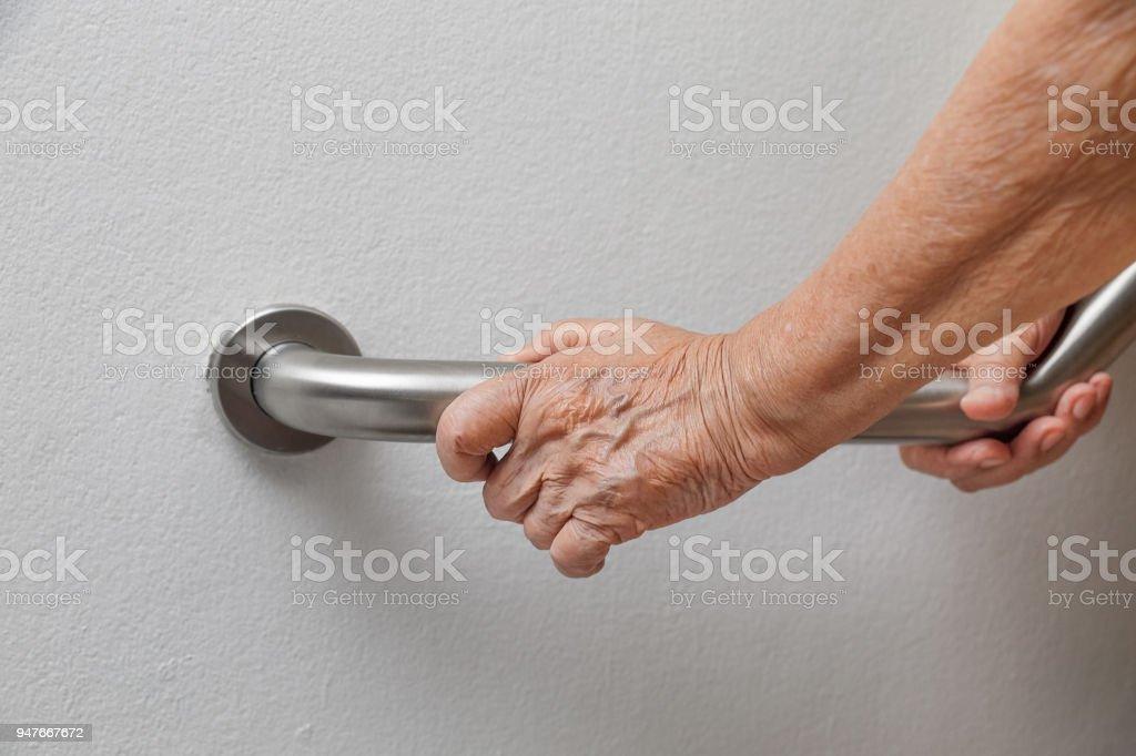 Ältere Frau, die am Handlauf für Sicherheit Schritte – Foto
