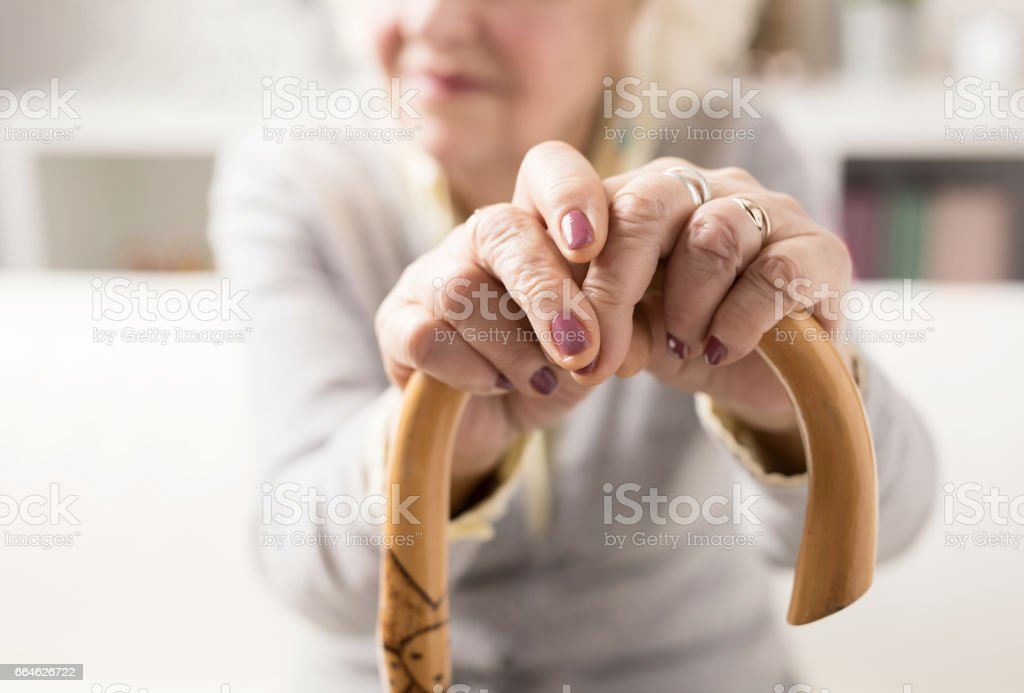 Anciana a bastón - foto de stock