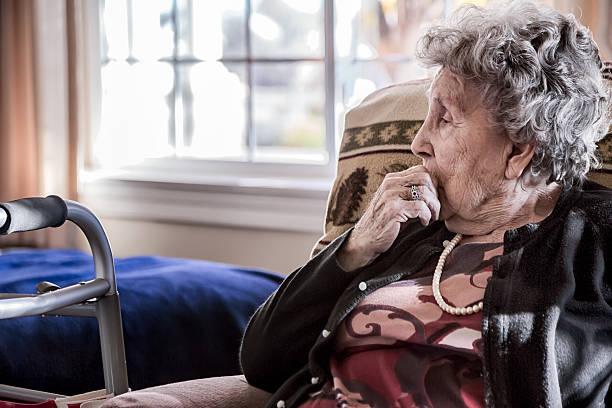 femme âgée dans un centre gériatrique - une seule femme senior photos et images de collection