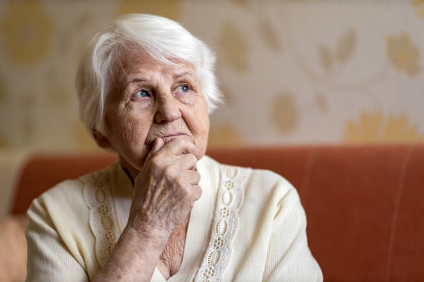 Ältere Frau sieht traurig aus – Foto