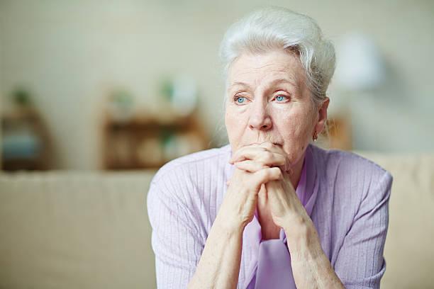 mujer de edad avanzada - mujeres mayores fotografías e imágenes de stock