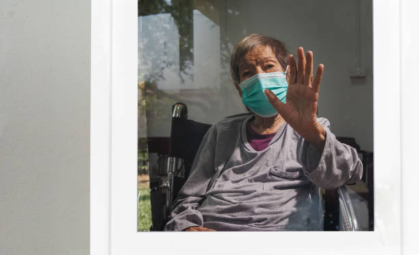 Ältere Frau Selbstisolation und Selbstquarantäne, um die Ausbreitung des Coronavirus (COVID-19) zu stoppen, während Sie auf Testergebnisse warten. – Foto