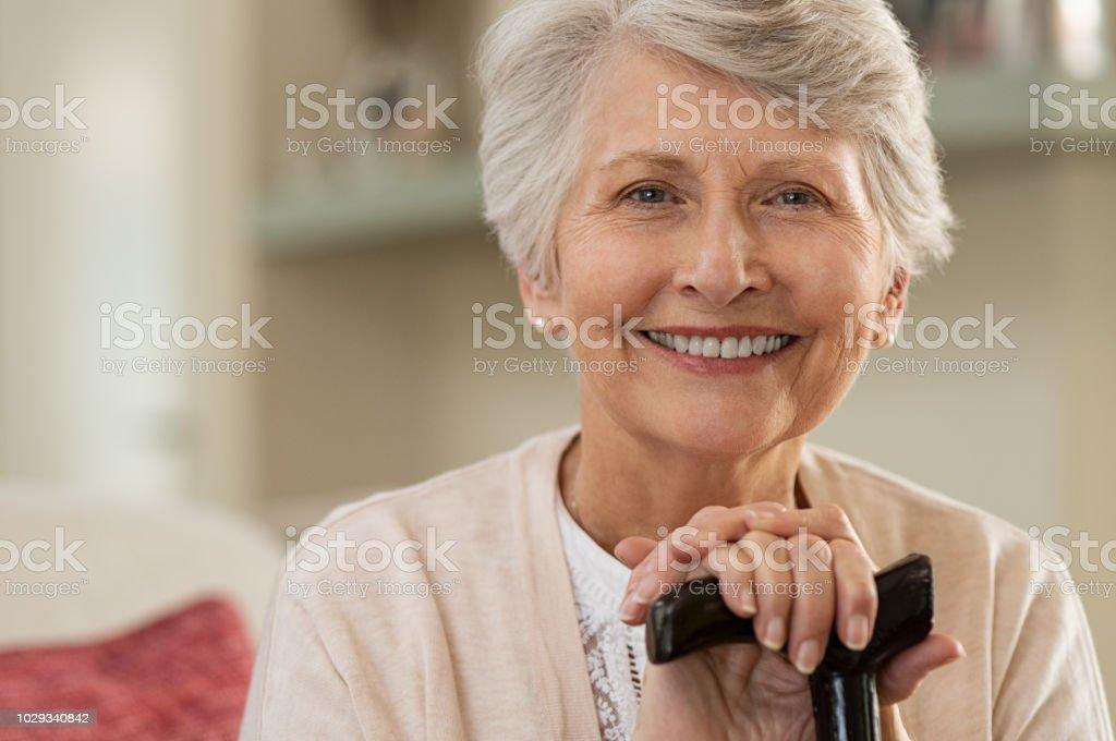Ältere Frau lächelnd zu Hause – Foto