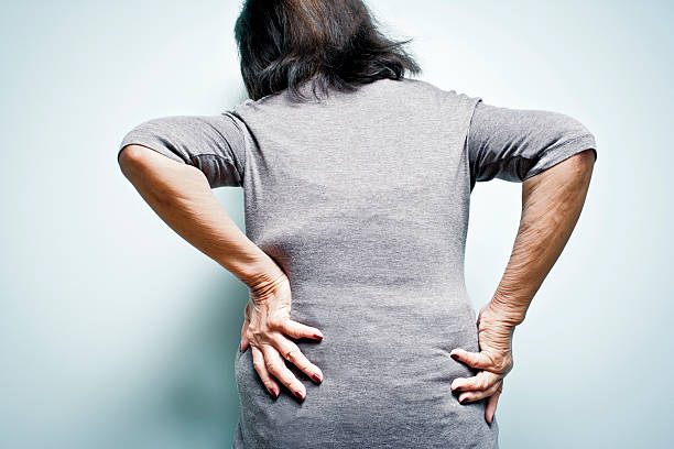 Starszy kobieta cierpi na ból pleców – zdjęcie