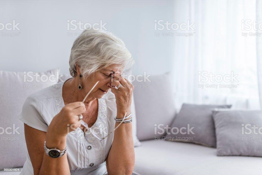 Anciana sufre de dolor de cabeza en el hogar - foto de stock