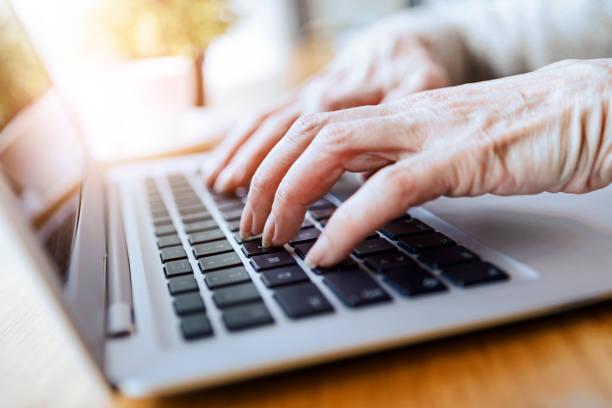 Ältere Frau nutzt Laptop – Foto