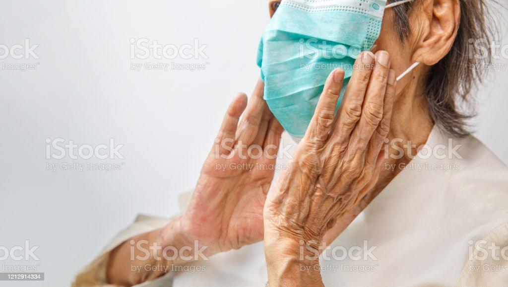 コロナウイルスcovid-19から保護するためにマスクを着用した高齢女性 - 70代のロイヤリティフリーストックフォト