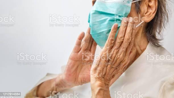 コロナウイルスcovid19から保護するためにマスクを着用した高齢女性 - 70代のストックフォトや画像を多数ご用意