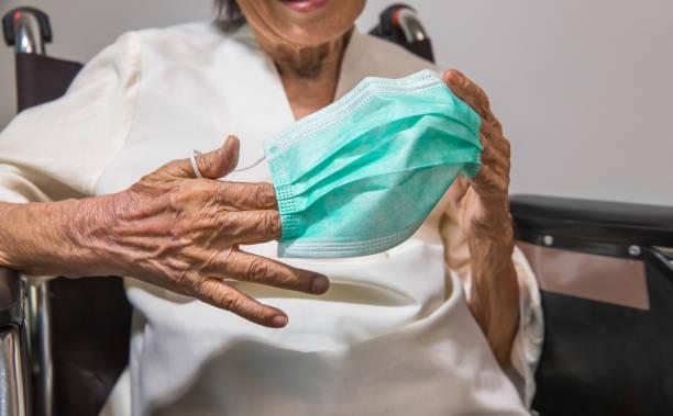 Ältere Frau trägt eine Maske, um vor Coronavirus covid-19 zu schützen – Foto