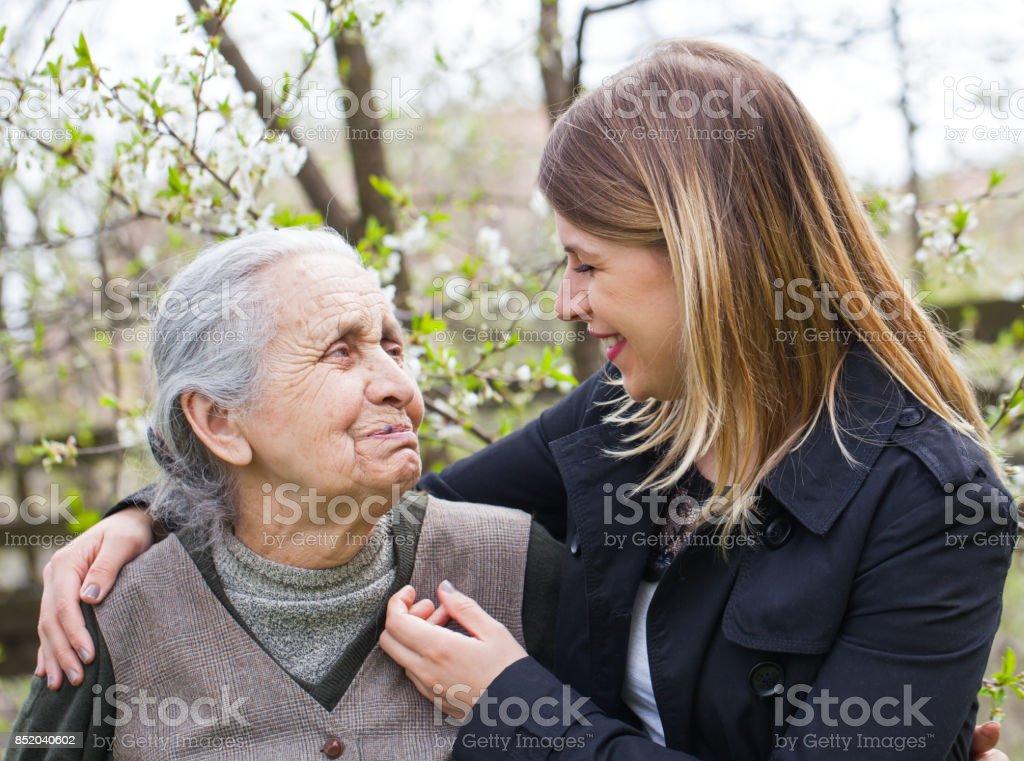 Ältere Frau mit fröhlichen Bezugsperson im Freien, Frühling – Foto