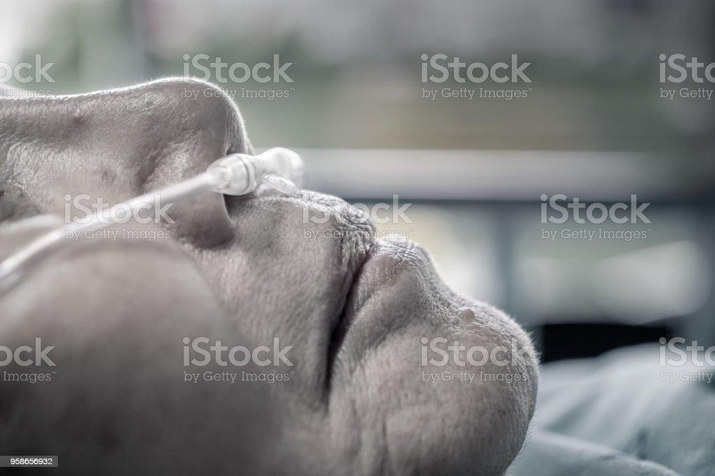 Ältere Frau mit Nasenatmung Rohr, mit ihrer Atmung zu helfen – Foto