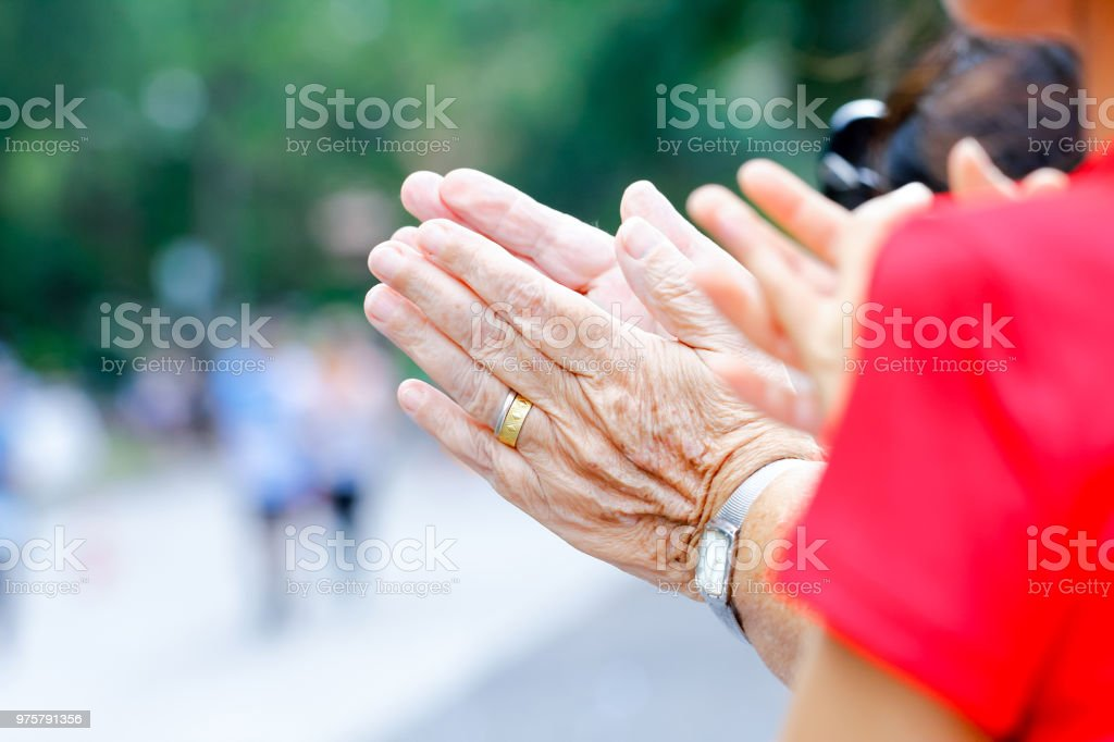 Ältere Frau Hände sorgen für das ältere Konzept - Lizenzfrei Alt Stock-Foto