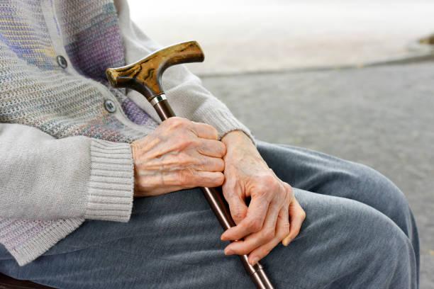 杖を持った高齢女性 - 杖 ストックフォトと画像