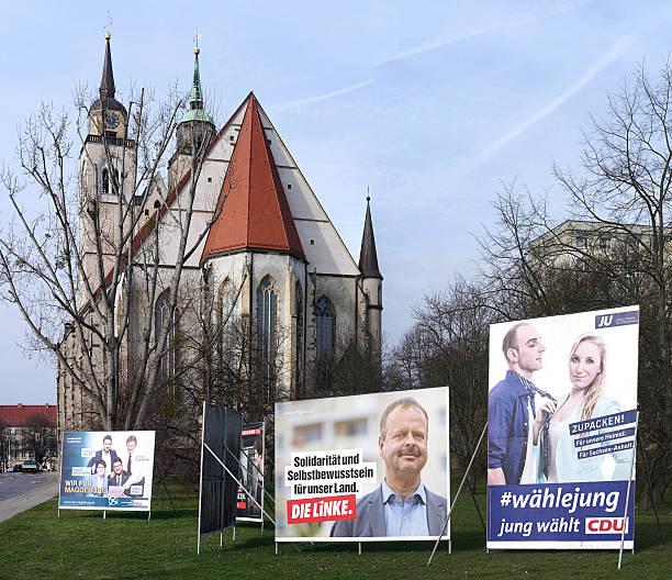 wahlkampf poster in magdeburg - la union stock-fotos und bilder