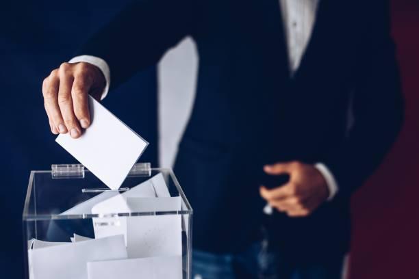 Wahlen in Frankreich. Mann wirft seine Stimme in die Wahlurne. – Foto