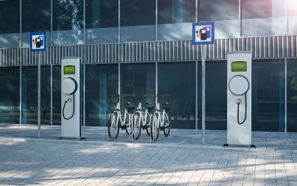 elektrofahrrad e-bike auf firmenparkplatz mit elektrischer ladestation 3d abbildung - elektrorad stock-fotos und bilder