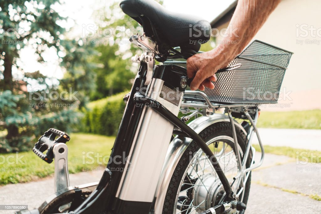 Electric bicycle outdoors - Foto stock royalty-free di Adulto