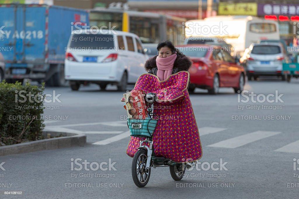 Bicicleta eléctrica en Beijing - foto de stock