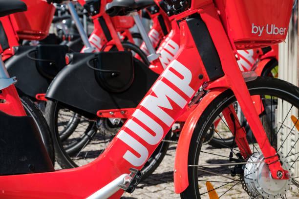 Elektro-Bike-Sharing-Fahrrad, JUMP von UBER auf dem Bürgersteig – Foto