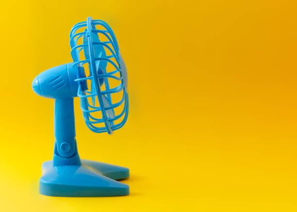 ventilateur en plastique bleu électrique isolé sur fond jaune - Photo