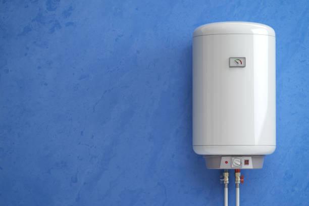 elektrischer boiler, durchlauferhitzer auf die blaue wand. - heißes wasser stock-fotos und bilder