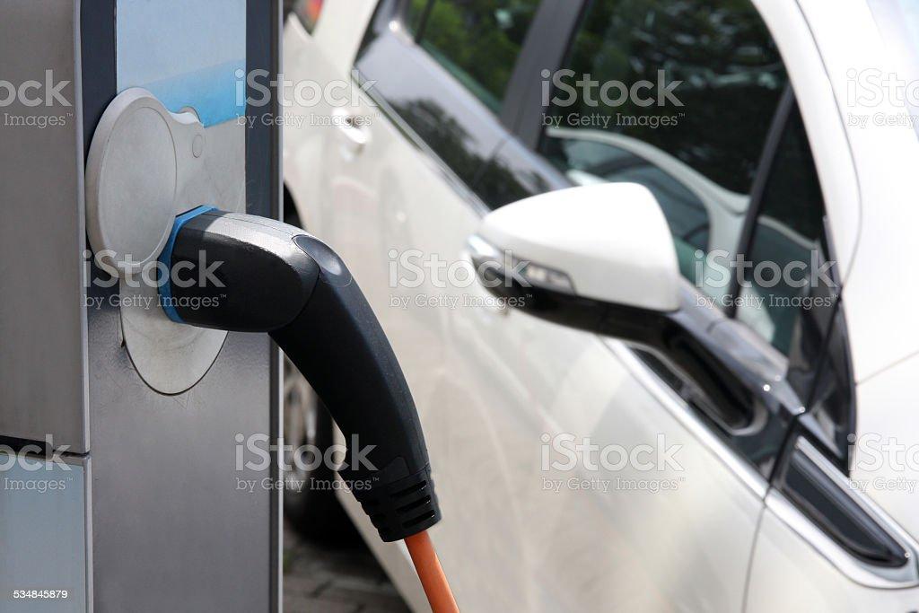 Elektroauto berechnet, an der station - Lizenzfrei 2015 Stock-Foto