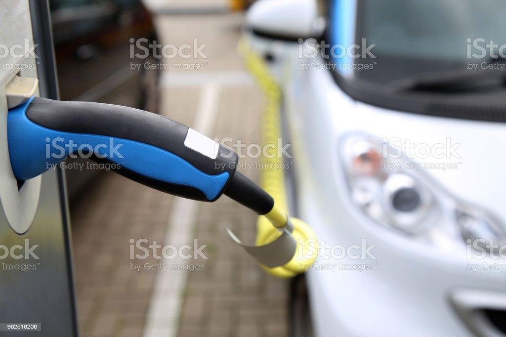 Carro elétrico a ser cobrado na estação - Foto de stock de Abastecer royalty-free
