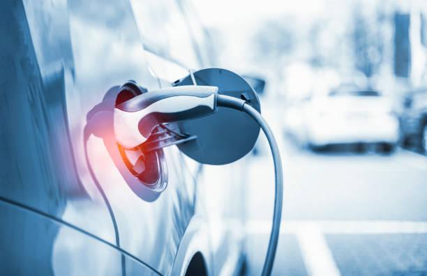 elektroauto-aufladen im kraftwerk - freizeitelektronik stock-fotos und bilder