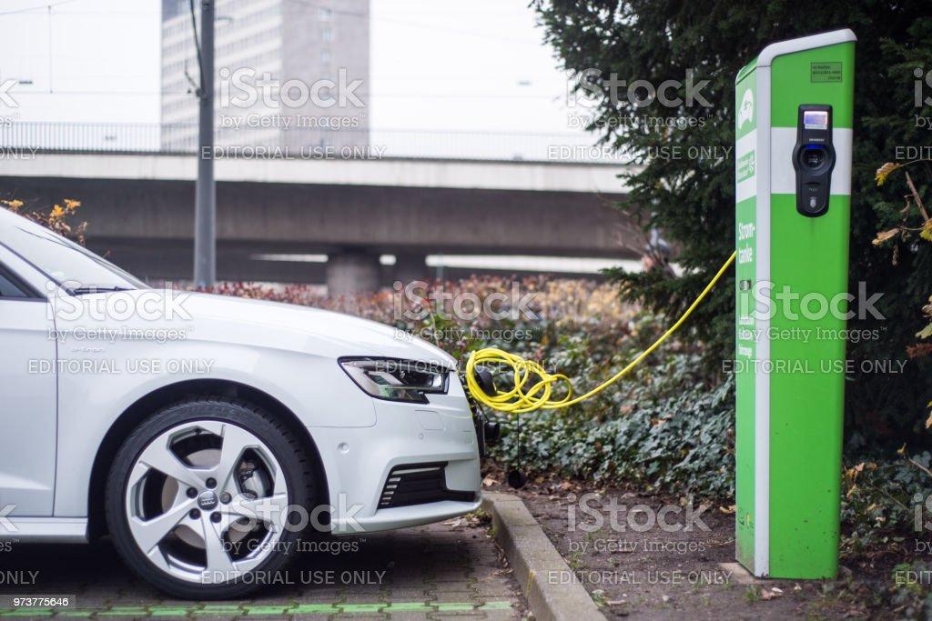 Las estaciones en las calles de Dortmund de carga de coches eléctricos foto de stock libre de derechos