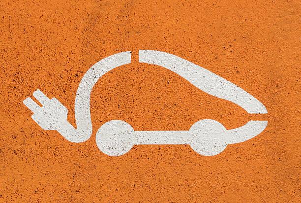 Elektroauto Symbol auf der Straße parken – Foto