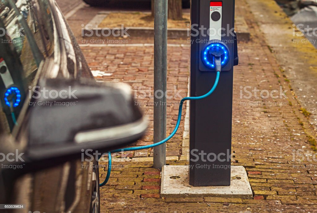 Electric Car in Charging Station - foto stock