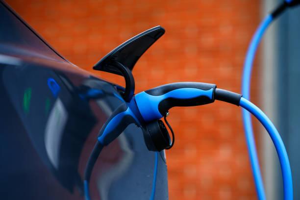 elbilen förändras på gatuparkering i göteborg, sverige - elbilar laddning sverige bildbanksfoton och bilder