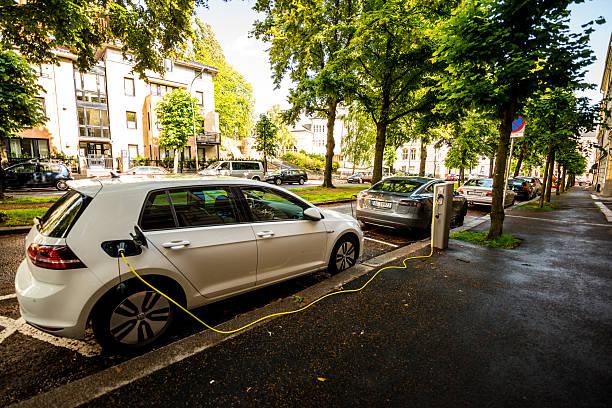 Electric auto è in carica su strada di Oslo, Norvegia - foto stock