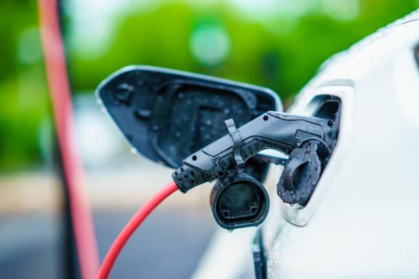 el bil laddas på gatu docknings stationen på parkering lot - elbilar laddning sverige bildbanksfoton och bilder