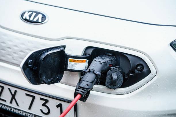 kia niro el bil laddas på gatan parkerings plats - elbilar laddning sverige bildbanksfoton och bilder