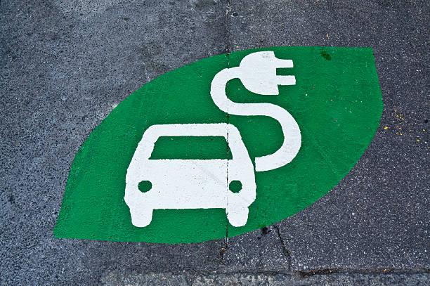 Elektroauto-Schild-Ladestation, grüne Schild gemalt auf Straße – Foto