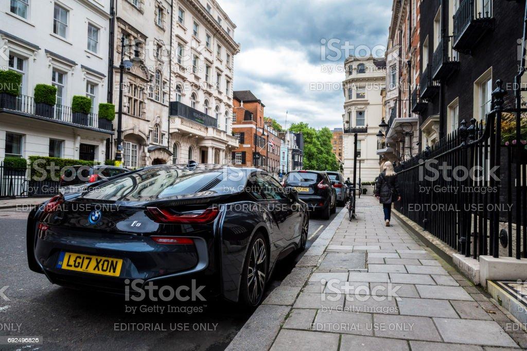 Coche eléctrico, el BMW i8, está estacionado en una calle residencial exclusiva en Mayfair, Londres, Reino Unido - foto de stock
