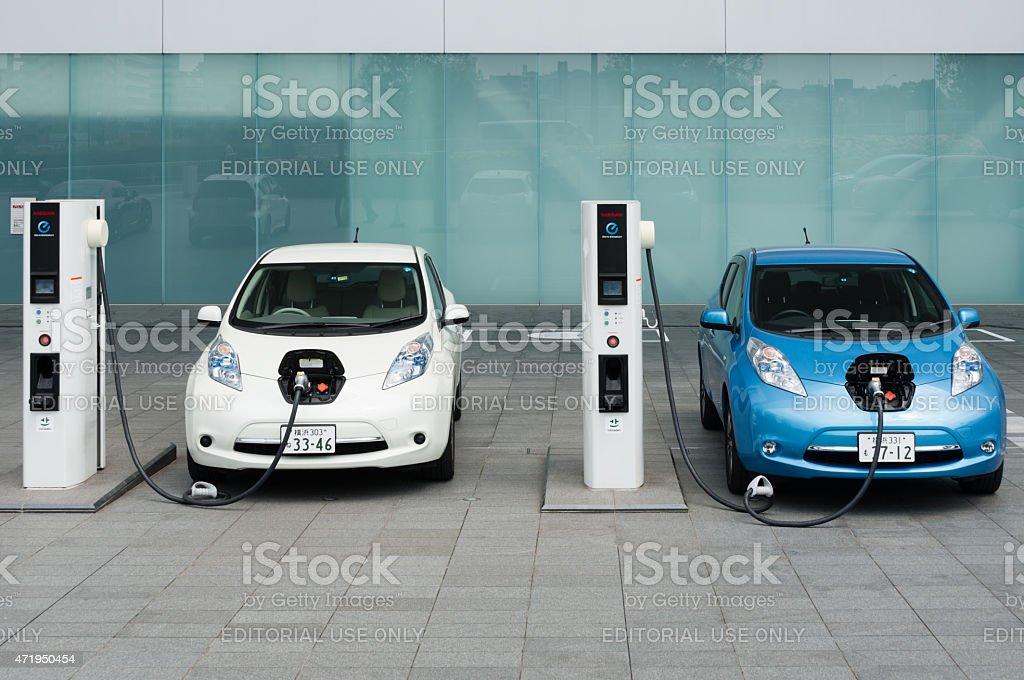 Le automobili elettriche essere addebitate alle stazioni di ricarica - foto stock